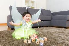 哭泣与万圣夜党选矿的亚裔女婴 免版税库存图片