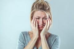 哭泣与大泪花的生气年轻白肤金发的妇女表示哀痛 库存照片