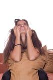 哭泣与枕头的失望的女孩 免版税库存照片
