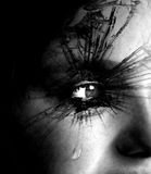 哭泣与泪花和织地不很细睫毛的女孩 免版税库存照片