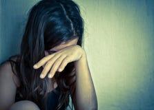 哭泣与现有量覆盖物的孤独的女孩她的表面 库存照片