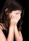 哭泣和包括她的表面的美丽的女孩 免版税库存照片