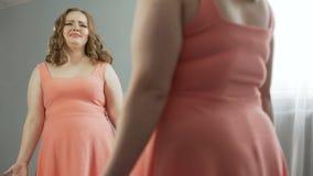哭泣和责备自己的弯曲的夫人由于吃太多和变得肥胖 股票视频