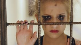 哭泣和遭受在损失perfomance立场以后的年轻十几岁的女孩舞蹈家在剧院门笼子附近户内 库存图片