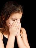 哭泣和隐藏她的表面的女孩 库存照片