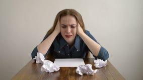 哭泣在一个空白纸的妇女 股票录像