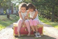 哭泣在公墓的女孩 免版税库存照片
