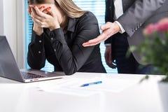 哭泣在办公室的生气妇女 得到射击从工作 免版税库存图片