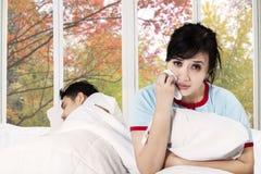 哭泣在卧室的妇女在争吵以后 免版税库存图片