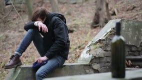 哭泣在哀痛,遭受的不愉快的经历的情感人在生活中,瘾对酒精 股票视频