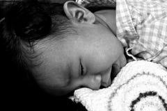 哭泣在地板上的婴孩 免版税库存图片