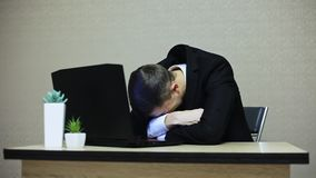 哭泣在工作场所的商人 他是生气,不幸,然后镇静下来 股票录像