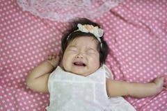 哭泣在床上的孩子 免版税库存图片
