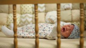 哭泣在床上的新出生的婴孩 股票录像
