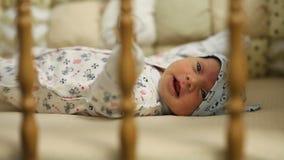 哭泣在床上的新出生的婴孩 影视素材