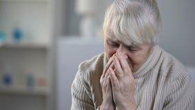 哭泣在招待所,无可救药的疾病,消沉的让烦恼的年长女性患者 股票录像