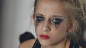 哭泣在损失perfomance以后的年轻十几岁的女孩舞蹈家特写镜头坐地板在大厅里户内 库存照片