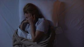 哭泣在睡眠的夫人通过强的偏头痛,恶梦,精神崩溃 股票视频