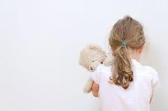 哭泣在角落的小女孩 免版税库存照片
