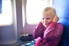 哭泣在飞机的孩子 库存图片