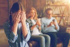 哭泣孤独的小女孩,当她的忽略她时的父母 库存照片