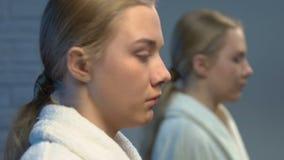 哭泣沮丧的女性的少年看在镜子和,男朋友的问题 股票录像