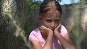 哭泣的不快乐的孩子有哀伤的记忆,离群无家可归的孩子,放弃,凄惨 股票录像