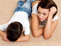 哭泣的不服从有罪其母亲儿子 免版税库存照片