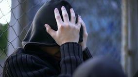 哭泣的十几岁的男孩,胁迫的学校,不正常的家庭,寂寞消沉 免版税图库摄影
