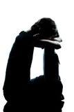 哭泣的女孩一哀伤的剪影少年年轻人 免版税库存图片