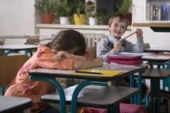 哭泣的女孩第一天在学校 免版税库存图片