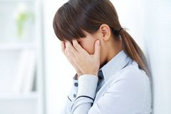 哭泣的女孩年轻人 免版税库存图片