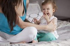 哭泣的女婴 库存图片