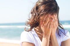 哭泣的妇女年轻人 免版税图库摄影