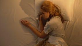 哭泣的妇女接触床的空的边,损失心爱,消沉,顶视图 股票视频
