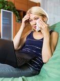 哭泣的妇女,当使用膝上型计算机时 免版税库存图片
