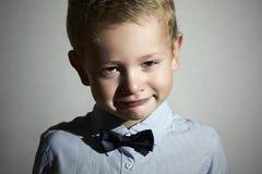 哭泣的子项 男孩哀伤的一点 啼声 在面颊的泪花 情感 免版税库存图片