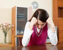 哭泣的孤独的深色的妇女 免版税库存照片