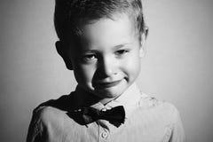 哭泣的孩子单色画象  男孩哀伤的一点 啼声 在面颊的泪花 库存照片