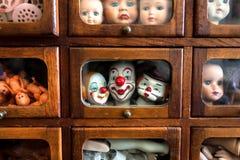 哭泣的孩子和兴高采烈的演员的身体局部和面孔 在木房子里面的玩偶戏剧的 比赛的残破的玩具 库存图片