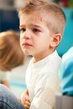 哭泣的孩子在家 库存图片