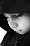 哭泣的孩子,在他的泪花的重点, 图库摄影