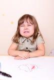 哭泣的小女孩在学校 免版税库存照片