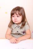 哭泣的小女孩在学校 库存照片