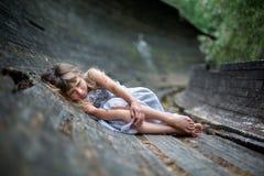 哭泣的小女孩画象在森林里 免版税库存照片