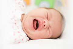 哭泣的新出生的女婴 图库摄影