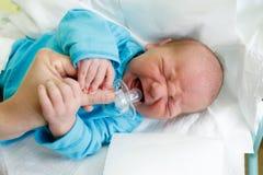 哭泣的新出生的小婴儿在医院 免版税库存图片