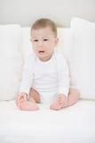 哭泣的男婴画象白色的 天使一点 免版税库存图片
