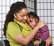 哭泣的舒适她的母亲儿子 免版税库存图片