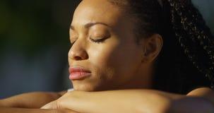 哭泣的黑人妇女户外 免版税库存照片